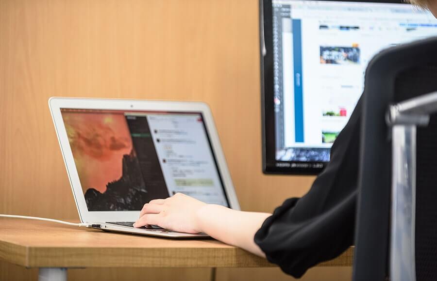社員には全員Macが支給されます。