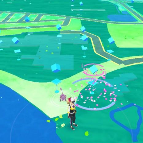 ピンク色になっているところは誰かがポケモンをおびき寄せているポイント。すでにゲームに課金しているユーザーが…。